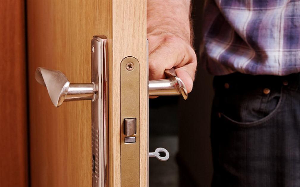 Как вскрыть дверь без ключа
