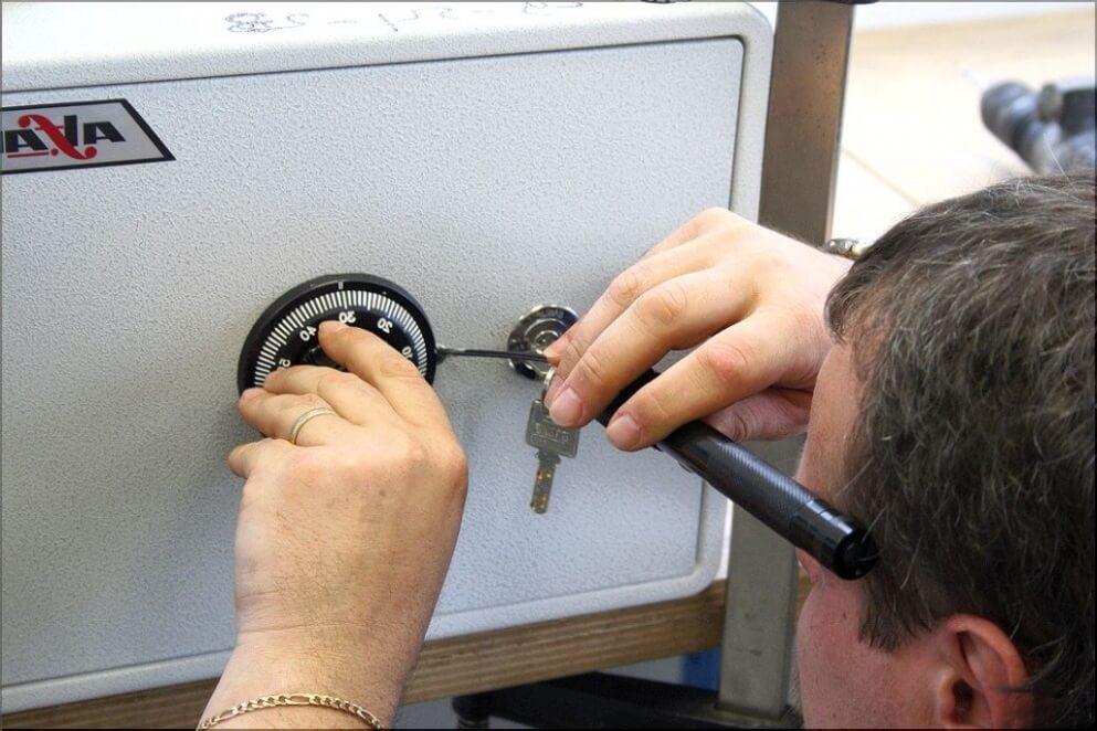 Как открыть сейф если потерян ключ